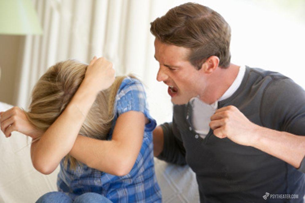 муж избивает