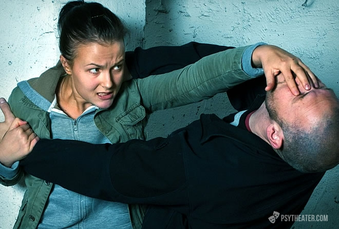 Как защитить женщину от хулиганов?