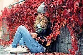 в красных листьях