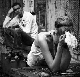 Почему плачет женщина рядом с мужчиной