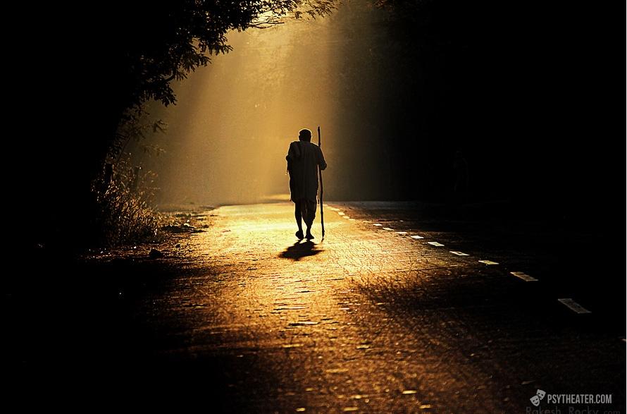 человек идет по дороге